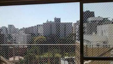 Homem pula sobre rede de proteção em apartamento para realizar teste